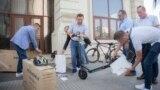 Министерот за надворешни работи, Бујар Османи ги промовираше електричните тротинети, набавени за користење од страна на вработените во министерството, како пример за одговорно однесување кон животната средина и проблемот со аерозагадувањето