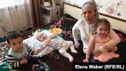 Оморгуль Зияа с тремя детьми живет на съёмной квартире, срок аренды которой заканчивается 6 мая. Темиртау, 30 апреля 2019 года.