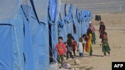Кобул яқинидаги лагерда яшаётган афғонистонлик болалар (архив сурати)