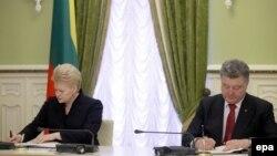 Президенты Литвы и Украины – Даля Грибаускайте и Петр Порошенко подписывают двусторонние документы (Киев, 24 ноября 2014 года)