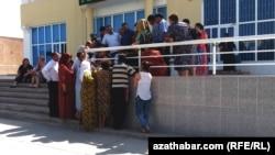 Türkmenistanda pul ibermek üçin nobata ýazylýan adamlar. Arhiwden alnan surat.