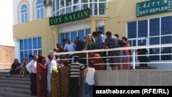 People wait outside a Western Union branch in Turkmenistan. Money transfers abroad in the Central Asian country of some 5.8 million are primarily carried out by Western Union shops located inside official bank premises, which operate under strict government control. (file photo)