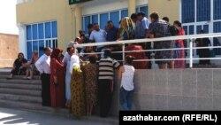 Перекличка в очереди на отправку денег за рубеж перед офисом Western union, Туркменистан (архивное фото)
