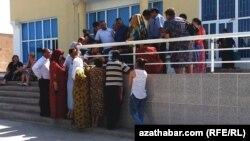 Türkmenistanda Western Union arkaly pul geçirjek adamlar atlaryny ýazdyrýarlar.