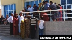 Очередь перед банком, Туркменистан (архивное фото)