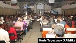 """Во время проповеди в церкви """"Новая жизнь"""". Алматы, 28 января 2013 года."""