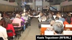 """Прихожане церкви """"Новая жизнь"""" слушают проповедь. Алматы, 28 января 2013 года."""
