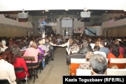 «Новая жизнь» шіркеуіне жиналған адамдар. Алматы, 28 қаңтар 2013 жыл.