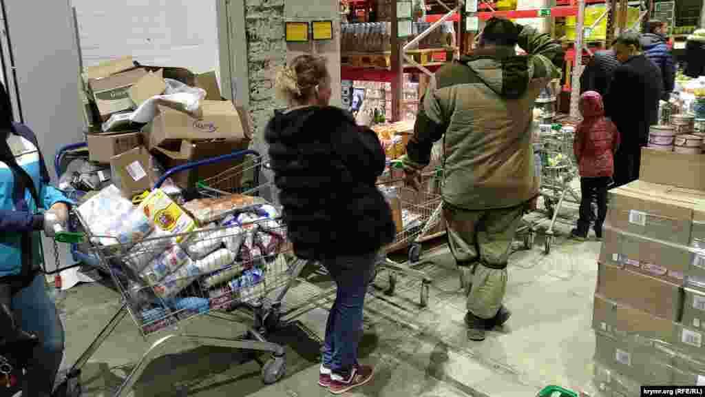 Крымчане пошли массово скупать продукты притания, бытовые принадлежности. На кассах супермаркетов образовались огромные очереди