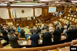 Aplauze după ratificarea Acordului de Asociere între Republica Moldova şi Uniunea Europeană în Parlamentul de la Chișinău. 2 iulie 2014