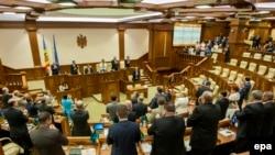 Parlamentarii moldoveni aplaudînd ratificarea Acordului de Asociere cu UE în 2014