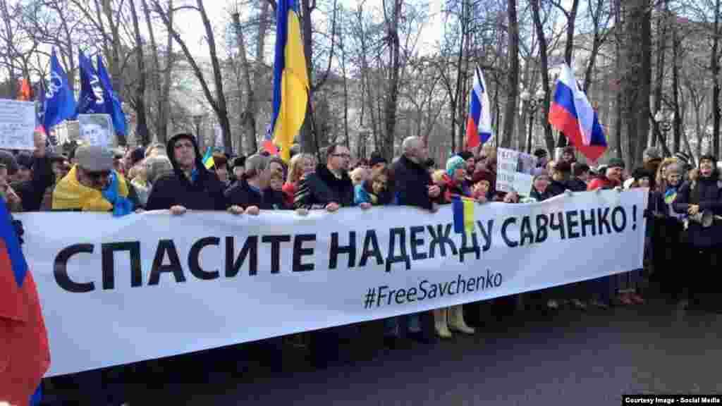 Акція на підтримку Надії Савченко у Москві під час вшанування пам'яті російського опозиціонера Бориса Нємцова, вбитого рік тому біля Кремля. Москва, 27 лютого 2016 року. Більше про це ТУТ