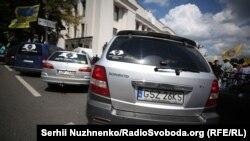 Згідно з чинним законодавством, штрафні санкції проти тих, хто не встигне розмитнити автомобілі з іноземною реєстрацією, мають почати діяти з 24 серпня
