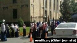 Ислам академиясы жанында тұрған адамдар. ташкент
