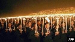 جوانان کره شمالی بعد از اعلام آزمایش اتمی موفق این کشور با حمل مشعل به شادمانی می پردازند.