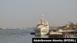 سفينة شحن على رصيف في شط العرب
