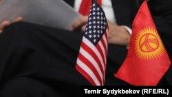 Флаги США и Кыргызстана.