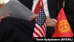Флаги США и Кыргызстана, иллюстративное фото.
