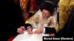 Вселенський патріарх Варфоломій, на фото під час підписання томосу про канонічну автокефалію помісної Православної церкви України, Стамбул, 6 січня 2019 року