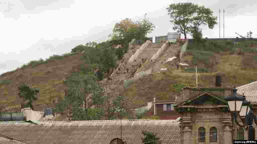 Работы на Большой Митридатской лестнице, ведущей на гору Митридат. На переднем плане справа– фрагмент старинной гимназии, в которой до 2014 года находилась общеобразовательная школа. Сейчас здание закрыто, здесь планируют открыть музей