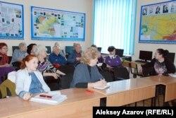 Члены секции экскурсоводов и гидов-переводчиков на своем совещании. Алматы, 19 февраля 2015 года.