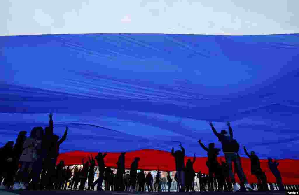 Ті, хто прийшли, тримали в руках гігантський прапор Російської Федерації