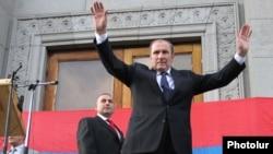 Левон Тер-Петросян приветствует своих сторонников на митинге в Ереване. 26 июня 2012