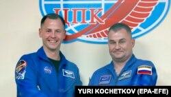Алексей Овчинин жана Ник Хейг космоско учаар алдында.