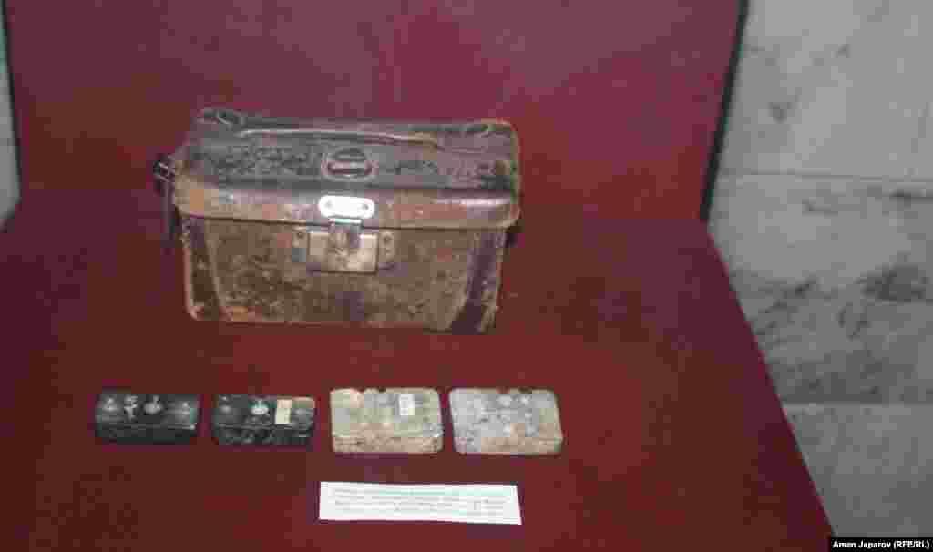 Фрагмент выставки в историческом музее Кыргызстана, посвященный событиям 1916 года. В описании к экспонатам говорится, что эта сумка и формы для отливки пуль принадлежали участнику восстания.