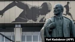 Памятник Ленину рядом с московским стадионом «Лужники». Декабрь 2019 года.
