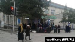 Өзбекстанда қолма-қол ақша алу үшін банк алдында кезекте тұрған адамдар.