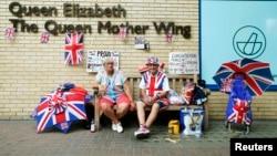 Фанаты королевской семьи у больницы, где находится супруга принца Уильма Кейт и новорожденный принц. Лондон, 16 июля 2013 года.
