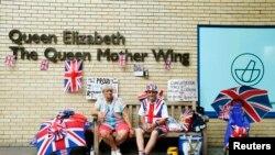 Поклонники британской королевской семьи у стен больницы Святой Марии в Лондоне