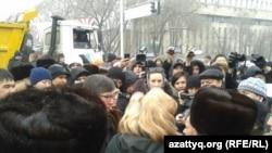 Митинг против девальвации тенге в Алматы.
