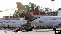 Поврежденный в результате военных действий в Ливии самолет. Фото не имеет отношения к описываемым событиям.