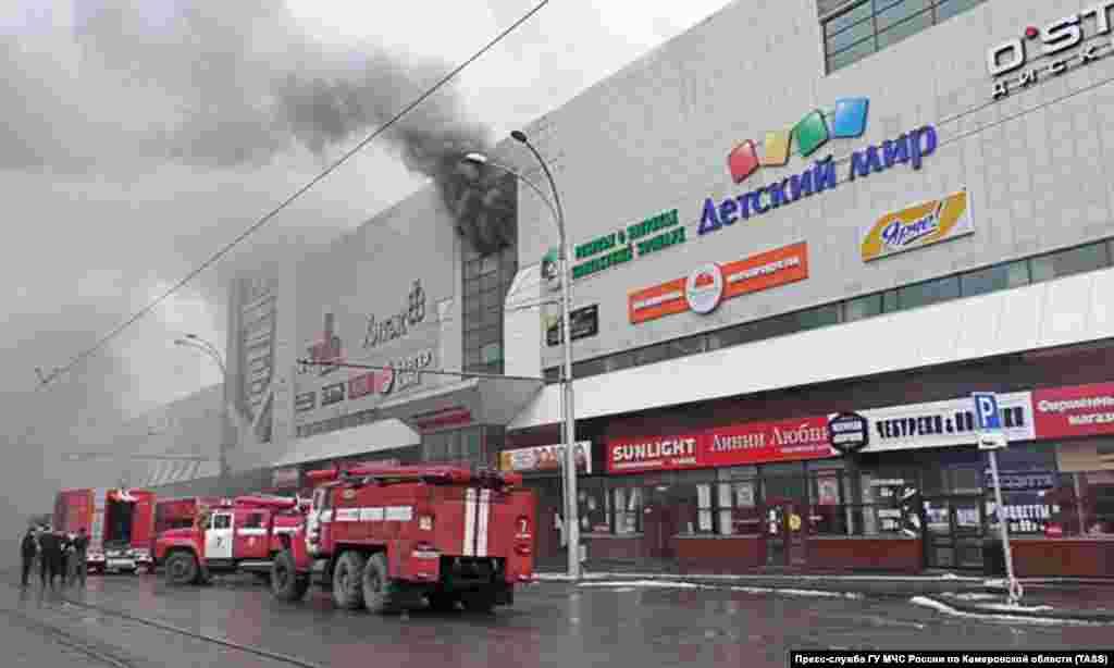 Десятки машин противопожарной службы были задействованы в тушении огня.