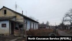 Дома у беженцев в Камбилеевском словно вот-вот развалятся