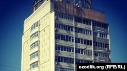 В Узбекистане все чердачные этажи многоэтажных домов покрываются листовым железом.