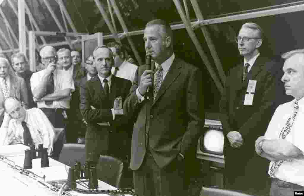"""Суретте: АҚШ вице-президенті Агню Спиро """"Аполлон-17"""" миссиясының ғарышқа сәтті ұшырылуымен құттықтап тұр."""