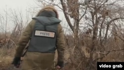 Военный корреспондент в районе обстрела. Иллюстративное фото.