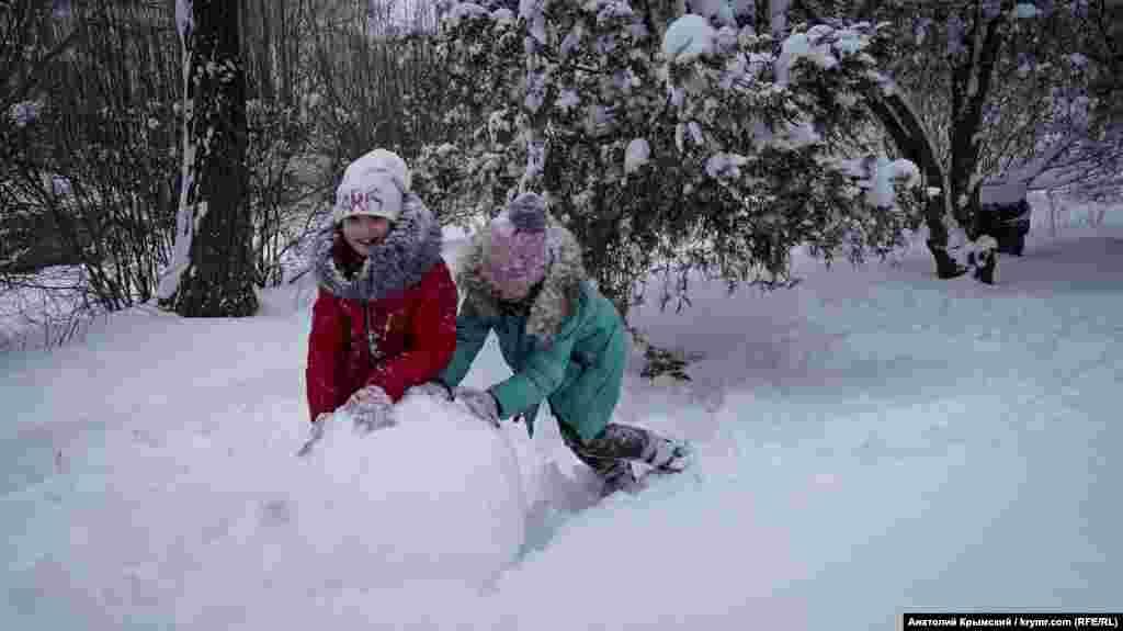 Дети лепят снеговика в поселке Аграрное Симферопольского района
