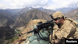 Lunetist american pe o culme strategică în Afghanistan, provincia Kunar