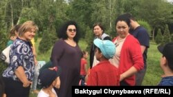 Елена Геонис жана кыргызстандык ата-энелер.