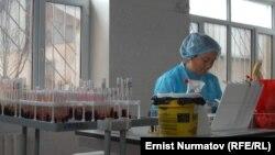 Сотрудница лаборатории при СПИД-центре.