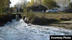 Отпадни води се излеваат во Охридското Езеро во Албанија.