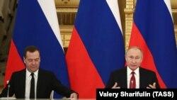 Президент России Владимир Путин (слева) и премьер-министр Дмитрий Медведев.