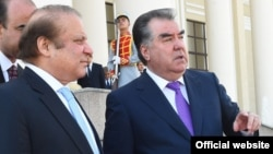 Премьер-министр Пакистана Наваз Шариф (слева) и президент Таджикистана Эмомали Рахмон. Душанбе, 5 июля 2017 года.