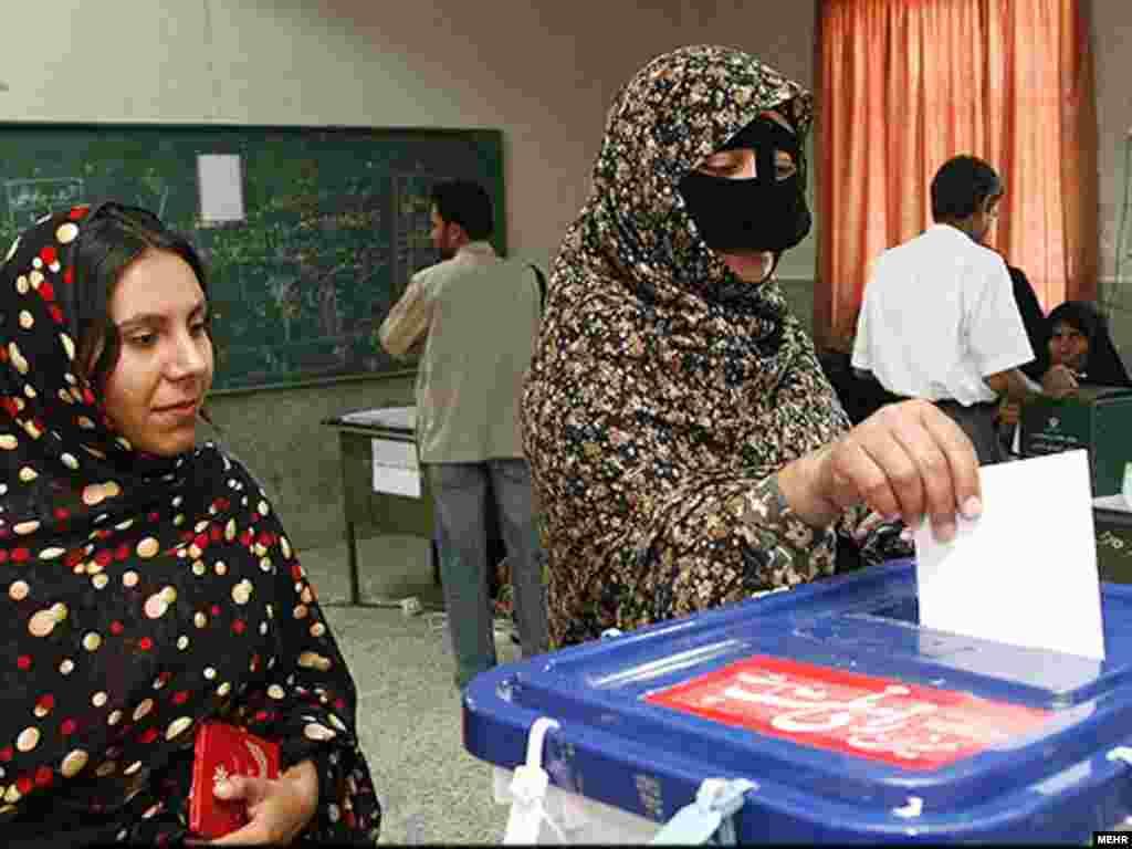 یک مدرسه در بندر عباس که تبدیل به حوزه رای گیری شده است. عکس از مهر
