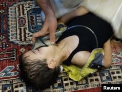 Активіст надає допомогу постраждалій дитині, 21 серпня 2013 року