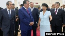 Тажикстандын президенти Эмомали Рахмонду Айнура Абдыраманова фабриканын иши менен тааныштырууда .